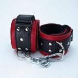 Красно-чёрные кожаные наручники с меховым подкладом
